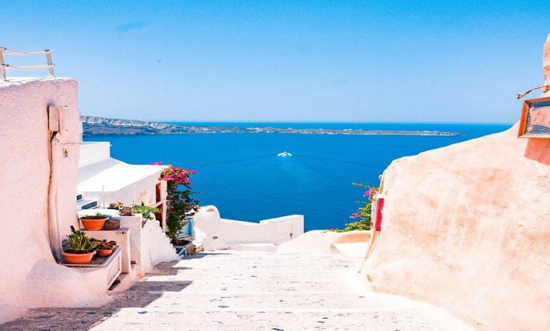 Гръцки остров в типичните бяло и синьо